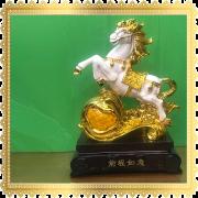 ม้าขาวยกขาใหญ่ มงคล